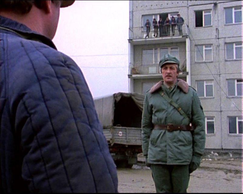 Rok 1977. Inżynier Karwowski melduje się Maliniakowi, a całą scenę z balkonu budowanego bloku przy Końskim Jarze (chyba) obserwują raczej nie statyści, tylko całkiem prawdziwi robotnicy. Kadr z serialu