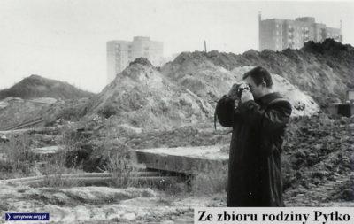 Uwiecznianie krajobrazu Doliny Służewieckiej kilka miesięcy przed zasiedleniem Ursynowa. W tle budowa bloków przy Koncertowej. Zdjęcie ze zbiorów rodziny Pytko.