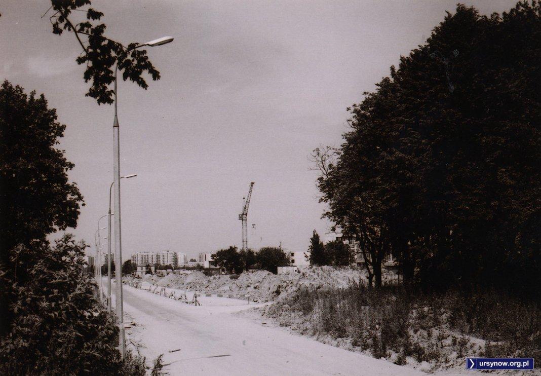 Ulica Barwna zmienia się w Surowieckiego. Trwa poszerzanie. Po prawej widoczne bloki przy Puszczyka. Zdjęcie ze zbiorów Rodziny Pytko.