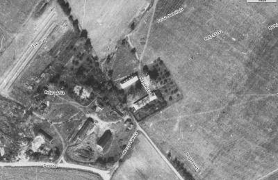 Fotomapa ze strony Urzędu Miasta. Stan z 1976 roku, ale nazwy ulic współczesne. Po lewej u dołu mamy stajnie (dziś w ruinie), w środku zabudowania mieszkalne i gospodarcze - dziś nieistniejące.