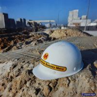 Białe kaski na placu budowy oznaczają zwykle inżyniera. Ten kask oznacza jeszcze przedstawiciela Generalnej Dyrekcji, więc drżyjcie bumelanci! Budowa stacji Ursynów. Fot. Maciej Belina Brzozowski