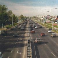 """Star, Polonez, Maluch. Jest też jedna Corolla. Pod koniec lat '90 nasza motoryzacja miała do wykonania jeszcze spory skok. To ulica Puławska widziana z wiaduktu kolejowego. Zdjęcie z folderu """"Warszawa Ursynów""""."""
