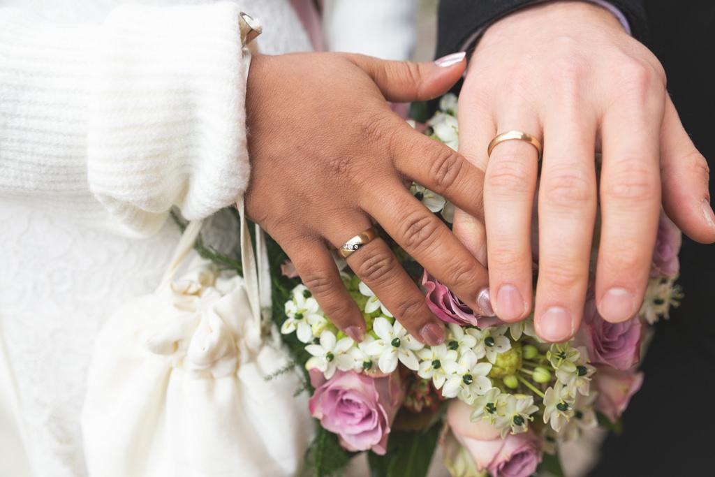 Hochzeitsringe und Blumen in Neubrandenburg