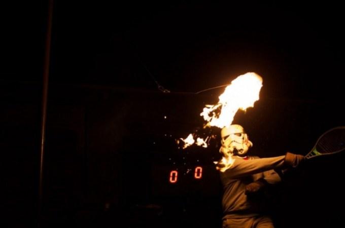 olahraga aneh - Tennis dengan Tisu Terbakar