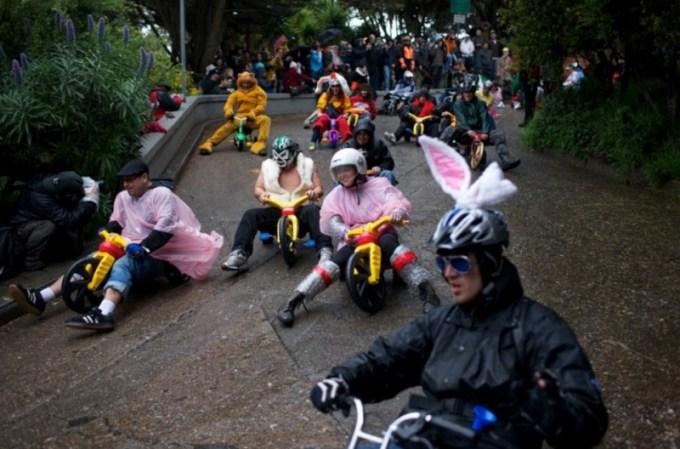olahraga aneh - balap sepeda roda tiga