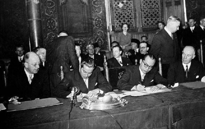konferensi meja bundar sedang ditandatangani oleh tokoh nasional dan internasional