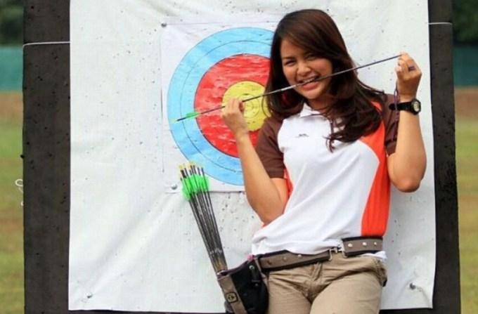dellie adalah atlet cantik indonesia yang suka memanah