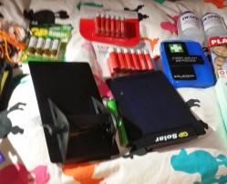 Solladdare för AA-batterier till radion.