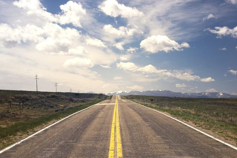 trasy biegowe, 60 minut biegu za horyzont, asfaltowa droga z górami na horyzoncie
