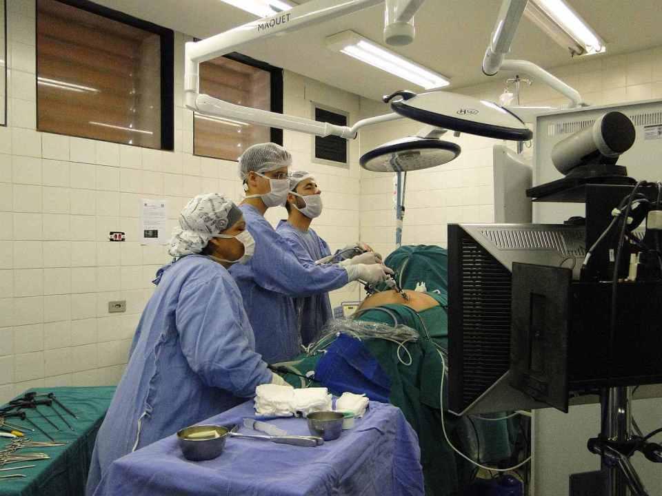 operacja przepuklina pachwinowa, 48 godzin, lekarze przy stole operacyjnym, laparoskopia