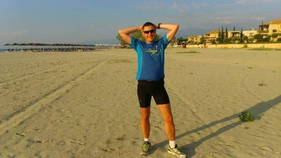 początek treningu na plaży, biegacz w słońcu