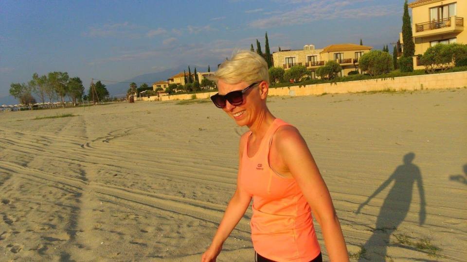 trening na plaży o poranku, greckie wakacje