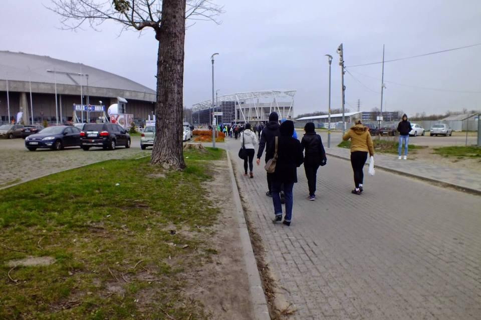 uczestnicy idą na start doz maraton łódzki 2015