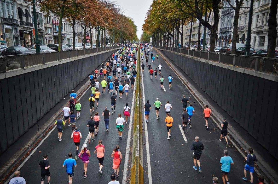 maraton w mieście, tłum uczestników, zawody