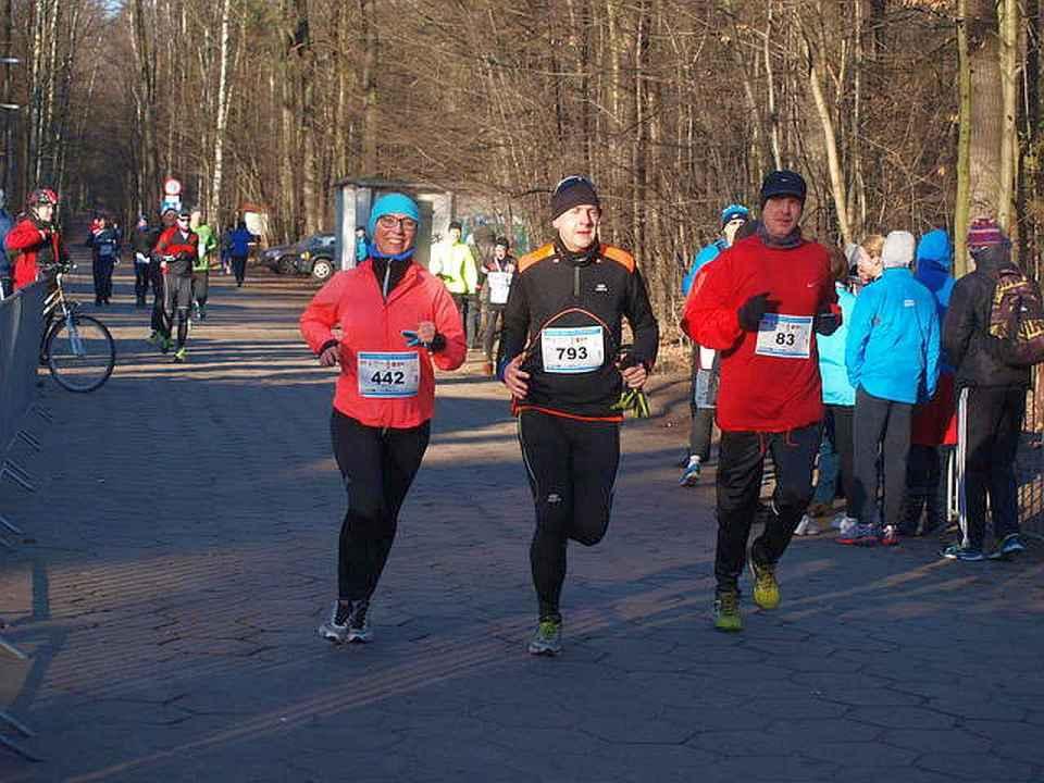 wspólny finish trójki biegaczy na biegu sylwestrowym w Łodzi