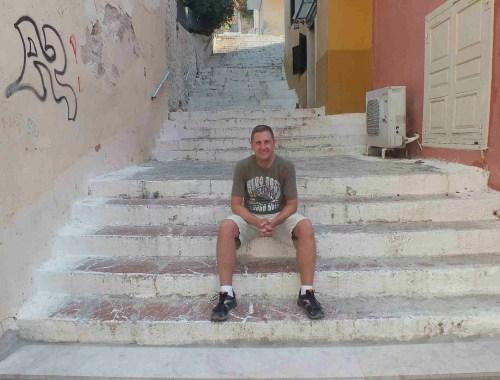 mężczyzna odpoczywa na schodach, koniec sezonu można zwiedzać