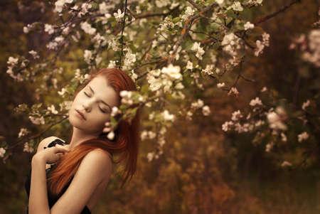 belle femme de roux dans un jardin de printemps Banque d'images - 15761104