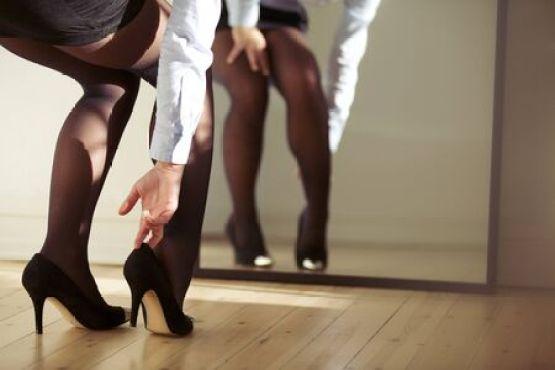 鏡の前で高いヒールの靴を着て家で若い女性の足のクローズ アップ。若い女性の屋内で服を着るします。 の写真素材・画像素材. Image 24747898.