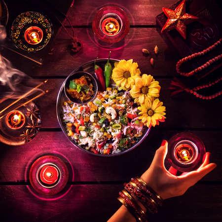 Biryani végétariens, des bougies, de l'encens et des symboles religieux à célébrer Diwali sur la table Banque d'images - 45388769