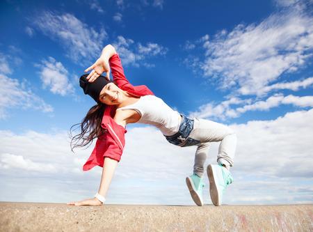 bailando: deporte, el baile y el concepto de cultura urbana - la muchacha de baile hermosa en movimiento