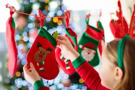 Il regalo natalizio di quantomanca per i bambini: 452 694 Foto Bambino Natale Immagini E Vettoriali