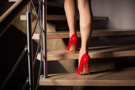 Resultado de imagen para mujer subiendo una escalera