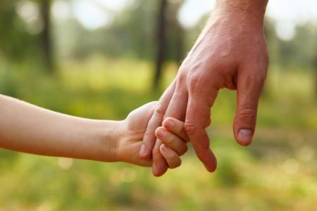 enfants se tenant la main: main du père mener son fils enfant en été forêt nature en plein air, concept fiducie familiale Banque d