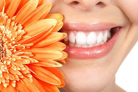 sourire: Belle jeune femme sourire et des dents. Gros plan