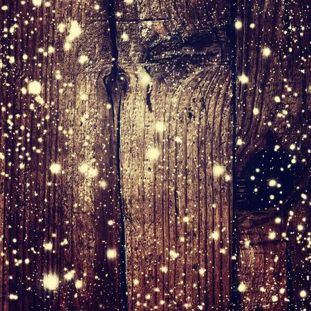 Fond de Noël avec des chutes de neige et les lumières de Noël à bord en bois foncé - Xmas Card avec copie espace pour le texte de voeux. Contes de fées de Magic Card Banque d'images - 46713943