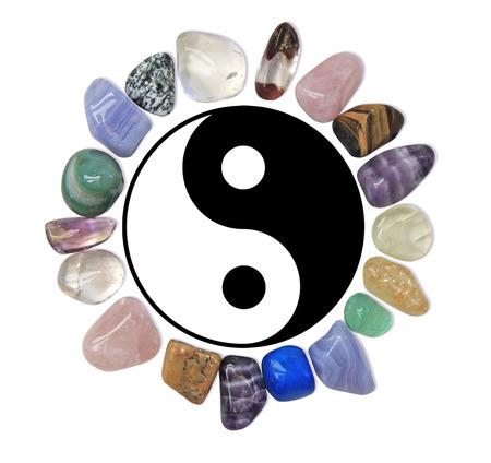 Cercle des cristaux de guérison autour de symbole de Yin Yang sur fond blanc Banque d'images - 28504395