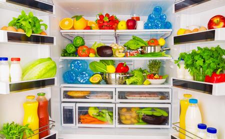salud y nutricion: Frigorífico abierto lleno de frutas y verduras frescas, fondo de alimentos sanos, una nutrición orgánica, la salud, el concepto de dieta
