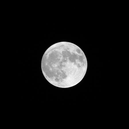 pleine lune a fond noir