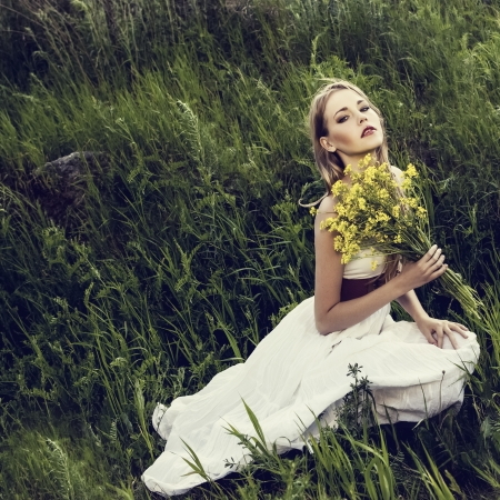 portrait d'une jeune fille sensuelle dans la forêt Banque d'images - 14158870