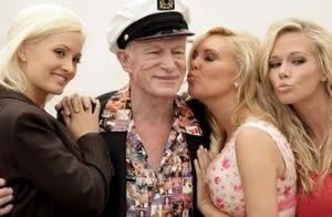 Hugh Hefner y sus novias / Foto: EFE