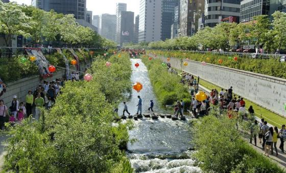 South Korea's Cheonggyecheon stream and park used to be a highway. Photo: ##https://www.flickr.com/photos/25869929@N03/2468502996##Michael Sotnikov/flickr##