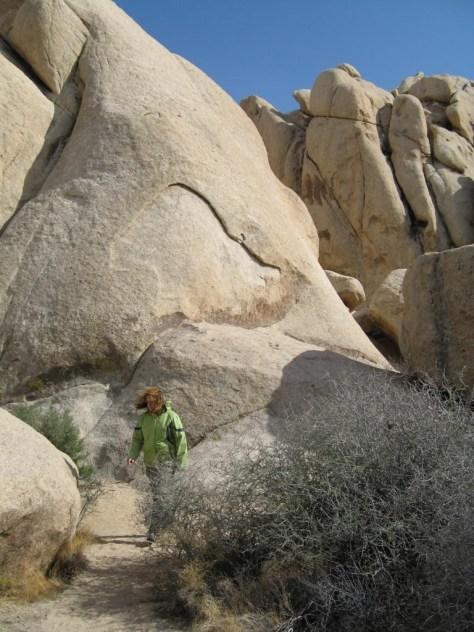 Wandern zwischen Felsen im Joshua Tree Nationalpark