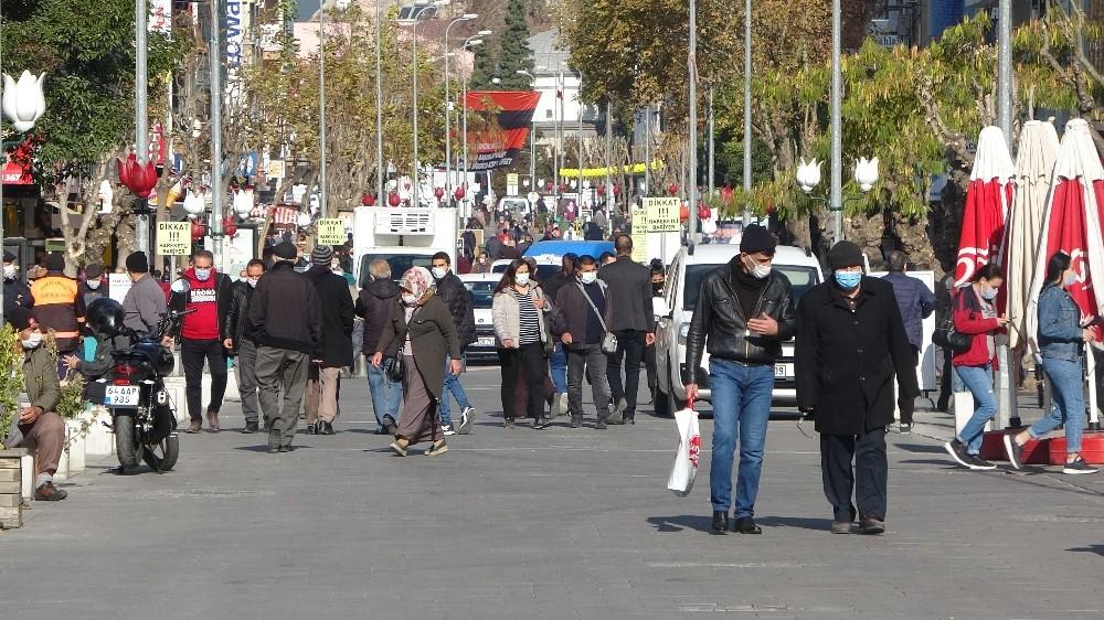 Kısıtlama sonrasında Uşak'ta sosyal mesafe yok sayıldı