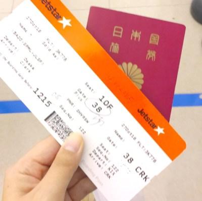 パスポートとJetstarのチケット