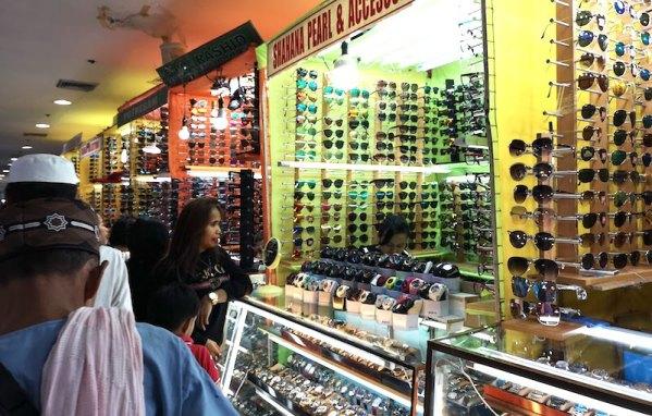 グリーンヒルズのV-Mallの中のサングラスショップ