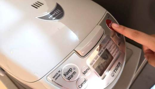 フィリピンで海外発送の炊飯器のスイッチを押す