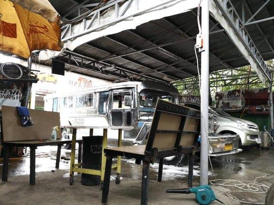 フィリピンの洗車でジプニーを洗車