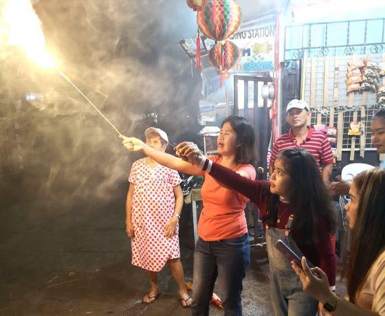 フィリピンのローカルサイドでのカウントダウン手持ち花火をする人たち