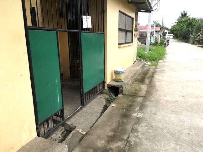 フィリピンの家のゲート前
