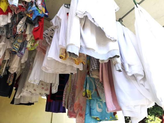 フィリピンで洗濯物。田舎のランドリーは日陰干しも