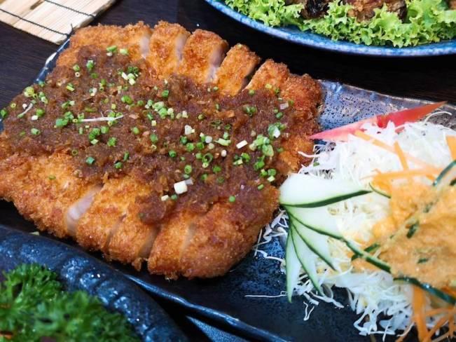 マニラのリトル東京の日本食レストラン「関取(Sekitori)」の食べ飲み放題メニューのとんかつ