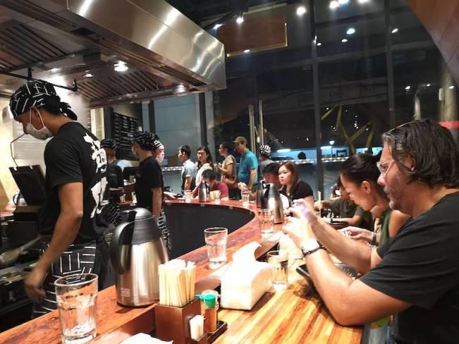 フィリピン、マニラのラーメンMendokoro(麺処)の客層