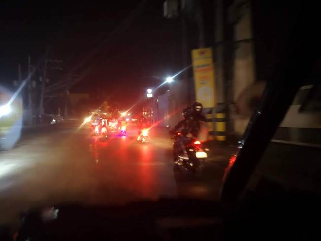 フィリピンのホーリーウィークに移動するバイク集団