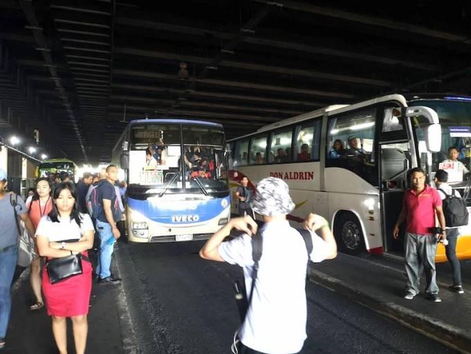 MRTのAyala center 駅のバス