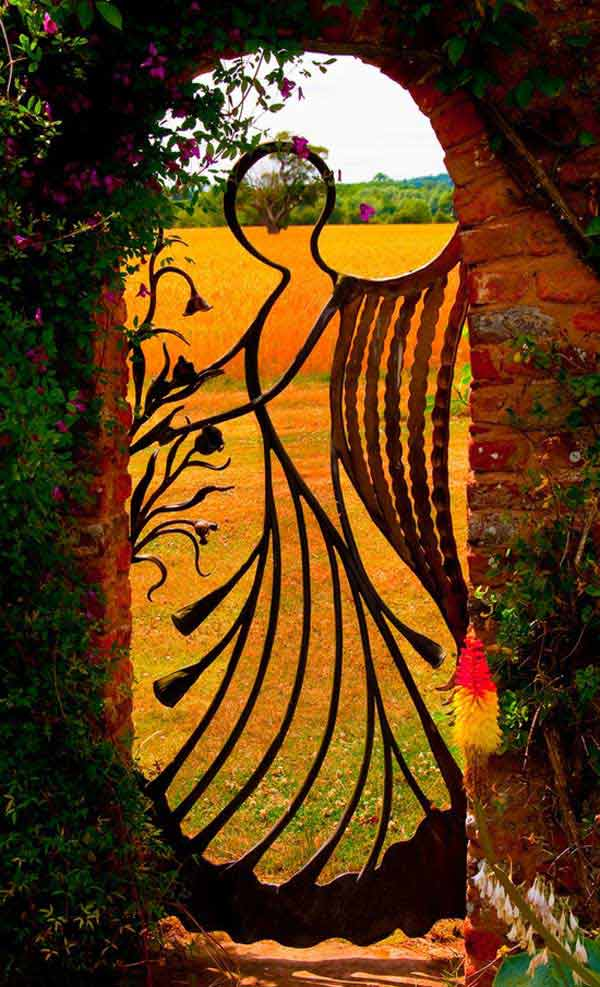 22 Insanely Charming Garden Gate DIY Projects Protecting Greenery in Style usefuldiyprojects.com outdoor space decor (11)