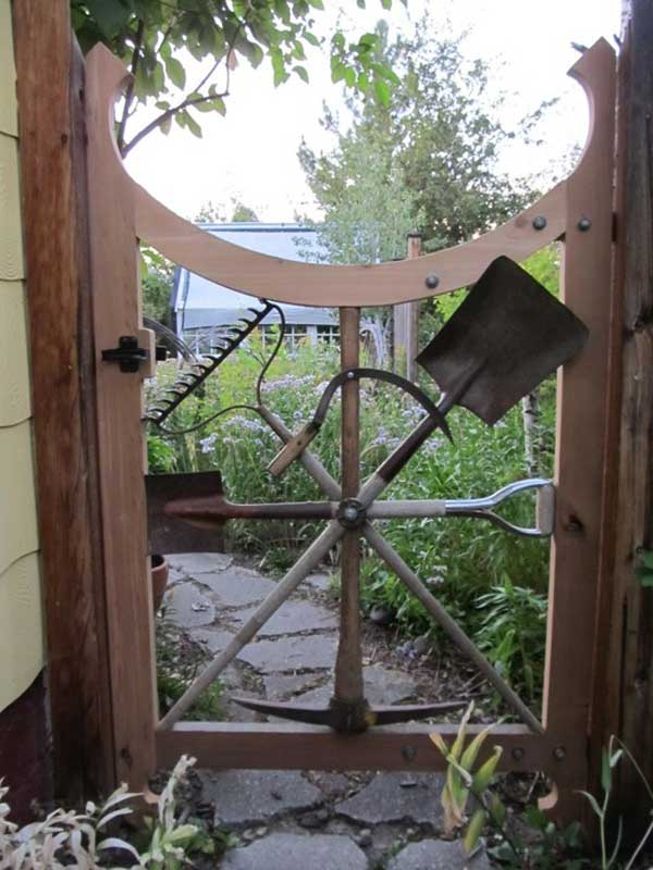 22 Insanely Charming Garden Gate DIY Projects Protecting Greenery in Style usefuldiyprojects.com outdoor space decor (15)